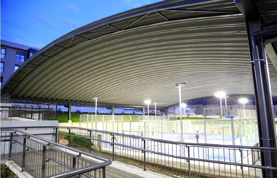 desarrolla cubiertas capaces de cubrir vanos de hasta metros para su construccin utiliza chapas de acero lacado de una sola
